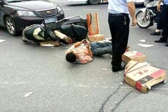 Moment absurd. Un motociclist a continuat sa se joace pe telefon desi fusese accidentat si era ranit pe sosea. FOTO