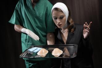 Trucul neobisnuit prin care iti poti da seama daca o femeie are implanturi mamare. Este nevoie doar de o lanterna. VIDEO