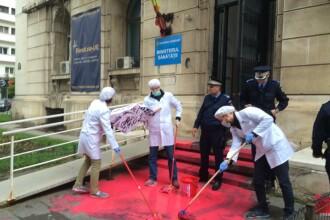 Au aruncat cu vopsea rosie pe scarile Ministerului Sanatatii: