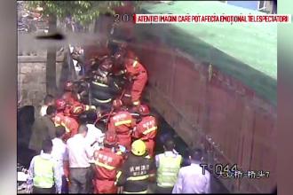 Momentul in care un TIR intra in plin intr-o masina, filmat pe o sosea din China. Victimele, scoase dupa mai multe ore