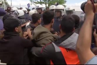 Bataie intre migranti si fortele de ordine. 10.000 de refugiati, blocati la granita cu Macedonia, refuza sa paraseasca tabara