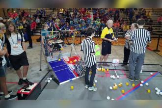 16 liceeni romani si robotul care le-a adus locul al treilea la Concursul Mondial de Robotica:
