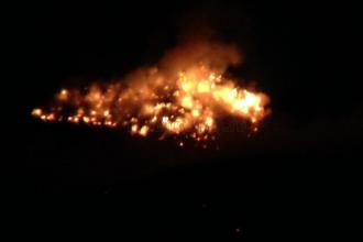 Incendiu de proportii la o groapa de gunoi din Cluj. Pompierii actioneaza de peste 12 ore, cu sase autospeciale