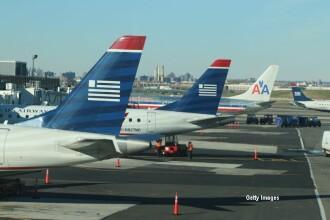 Un avion a fost tinut la sol din cauza suspiciunilor unei americance. Ce a vazut in notitele matematicianului de langa ea