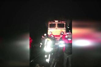 Locomotiva unui tren care transporta titei a luat foc la Predeal. Interventia pompierilor, ingreunata de lipsa apei
