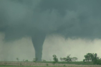 O tornada uriasa a lovit statul Oklahoma si a ucis doua persoane. Fenomenul s-ar putea repeta in zilele urmatoare