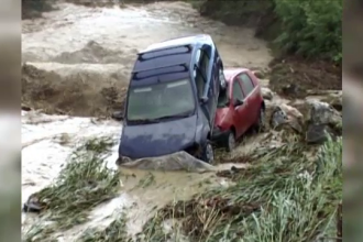 Pagube materiale importante si vieti puse in pericol dupa viituri, in Valcea. 13 masini dintr-o parcare au fost luate pe sus