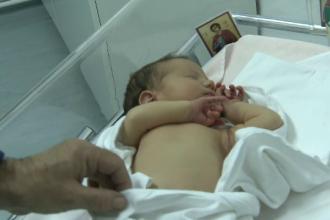 Mama care a abandonat bebelusul langa o pubela din Capitala, cautata de Politie. Fetita, botezata de femeia care a salvat-o
