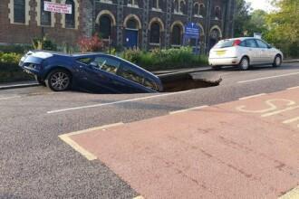 Un crater urias s-a deschis in asfalt si a inghitit o masina, in Londra. Imaginile incredibile surprinse de un localnic