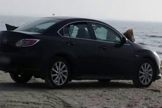 A parcat masina pe plaja din Mamaia, sa fie cat mai aproape de apa, dar va regreta gestul. Suma cu care va fi amendat soferul