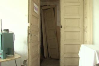 Un dispensar din Romania n-a fost renovat de 80 de ani: mesele sunt ruginite si tavanul se prabuseste. Explicatia primariei