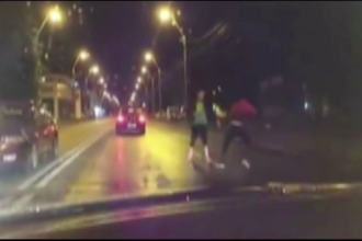 Au oprit masinile in mijlocul drumului si au inceput sa-si care pumni si picioare. Scenele filmate in traficul din Galati