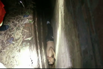 Un chinez, ametit de bautura, a ramas blocat intr-o gaura de langa zidul unei cladiri. Cum l-au salvat pompierii