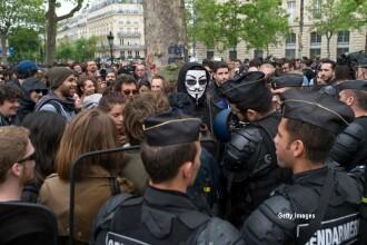 Proteste violente fata de politie la Paris: o masina a fost atacata si incendiata in timp ce doi agenti se aflau inauntru