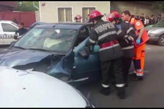 Un batran de 70 de ani a provocat un accident, dupa ce i s-a facut rau la volan. Cine mai era cu el in masina