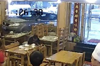 S-au trezit cu masina la masa, in mijlocul restaurantului. Explicatia uluitoare a soferitei care a produs accidentul