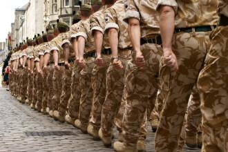 I s-a facut rau si a lesinat, in timpul unei parade militare. Imaginile cu soldatul au devenit viral. FOTO