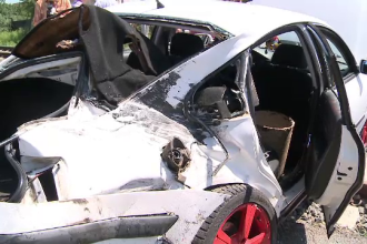 Au scapat cu viata dupa ce masina lor a fost lovita de tren, la Arad. Martori: Aveau muzica data tare si nu au auzit sirena