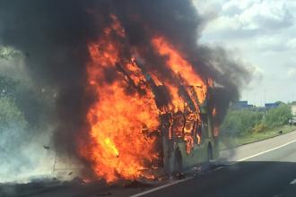 Un autocar cu peste 50 de elevi a luat foc in mers. Ce s-a intamplat cu copiii, dupa ce flacarile au cuprins caroseria