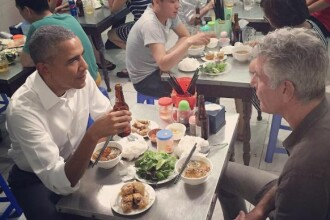 Barack Obama a luat cina la un restaurant modest din Vietnam.
