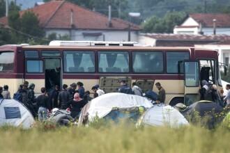 Grecia a inceput EVACUAREA refugiatilor din tabara de la Idomeni. Mesajul de pe autocarele ce au transportat 800 de migranti