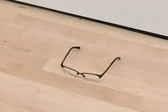 Experimentul unui adolescent. Ce s-a intamplat dupa ce a lasat o pereche de ochelari pe podeaua unei galerii de arta. FOTO