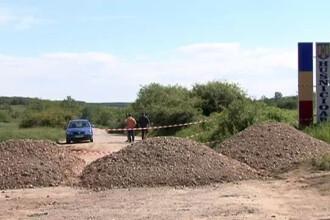 Un sat din Mehedinti e rupt de lume din cauza ca pe sosea a aparut un crater. Solutia autoritatilor: au blocat drumul