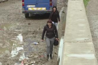 Situatia extrema pentru mai multe familii din Iasi. De ce sunt nevoiti sa sara un zid de 3 metri pentru a ajunge acasa