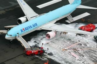 Un avion cu peste 300 de oameni la bord a fost evacuat de urgenta. Unul dintre motoare a luat foc