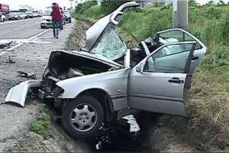Doua persoane au murit intr-un accident, la intrare in Pitesti. Soferul a intrat pe contrasens si a izbit puternic o duba