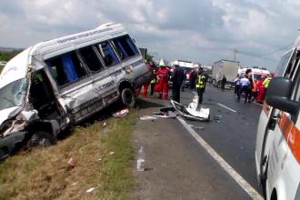 Microbuz plin cu pasageri spulberat de un TIR, in Ialomita. O femeie a murit si sapte persoane au fost ranite