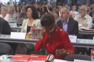 Un activist de stanga i-a aruncat un tort in fata unei politiciene, la congresul partidului Die Linke. Ce s-a intamplat apoi