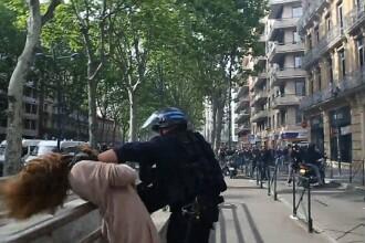 Momentul in care o femeie este batuta si trantita la pamant, de un politist, in timpul protestelor din Franta. VIDEO