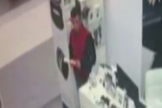 Tanar filmat in timp ce fura bani si un mobil dintr-un magazin de bijuterii. Proprietarii au postat imaginile pe Facebook