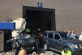 Trei persoane au murit dupa ce o masina a intrat intr-o multime de oameni la o licitatie de automobile, in Boston. FOTO