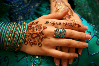 Si-a tatuat mainile cu henna, in vacanta din Maroc. Dupa 24 de ore a ajuns la spital cu dureri ingrozitoare. FOTO