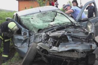 Sase raniti dupa ce un autoturism a intrat pe contrasens si s-a izbit de un autobuz, in Mures