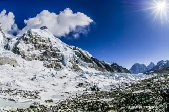 Amenda ametitoare primita de un alpinist pentru ca a incercat sa escaladeze Everestul fara autorizatie