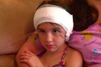 O fetita de 9 ani a fost muscata de cap de un cangur, la gradina zoologica. Mama ei a filmat incidentul