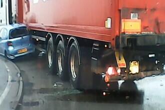 Un sofer de camion din Marea Britanie a acrosat un vehicul care acorda prioritate. Cum s-a intamplat intreaga scena. VIDEO