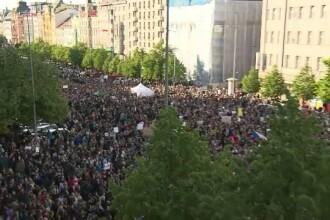 Zeci de mii de cehi au iesit pe strazile din Praga. Oamenii au cerut demisia ministrului de Finante, suspectat de frauda