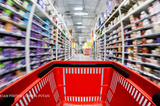 Hypermarketurile vor fi obligate sa doneze alimentele pe cale sa expire. Cat de multa mancare arunca marile magazine