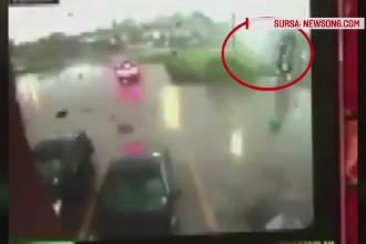 Camioneta cu tot cu sofer luata pe sus de o tornada, in SUA.