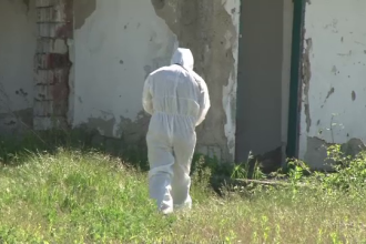 Cadavrul unui barbat a fost descoperit intr-o cladire parasita, in Bacau. Cazul este tratat ca o moarte suspecta