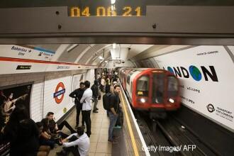 O tanara de 18 ani, care astepta metroul, a lesinat si a cazut pe sine. Trenul urma sa soseasca intr-un minut. VIDEO