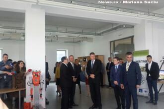Klaus Iohannis a fost intampinat de un robot la Universitatea Transilvania din Brasov, care i-a urat bun venit