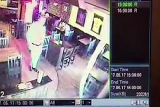 Barbat, cautat de Politia din Bacau. Cum a fost surprins de camera dintr-un bar in timp ce angajata servea clientii