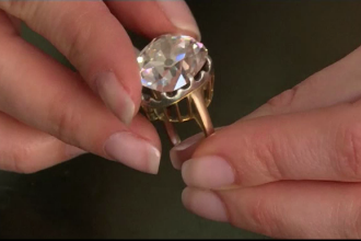Purta inelul cumparat cu 10 lire de la vechituri la treburile casnice. Socul trait de femeie cand i-a aflat valoarea