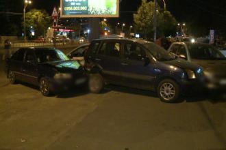6 masini avariate in Capitala, dupa ce o soferita a lovit bordura unui refugiu de tramvai