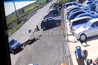 Accident surprins de o camera de supraveghere. Un motociclist si iubita lui, aruncati pe sosea dupa manevra unui sofer